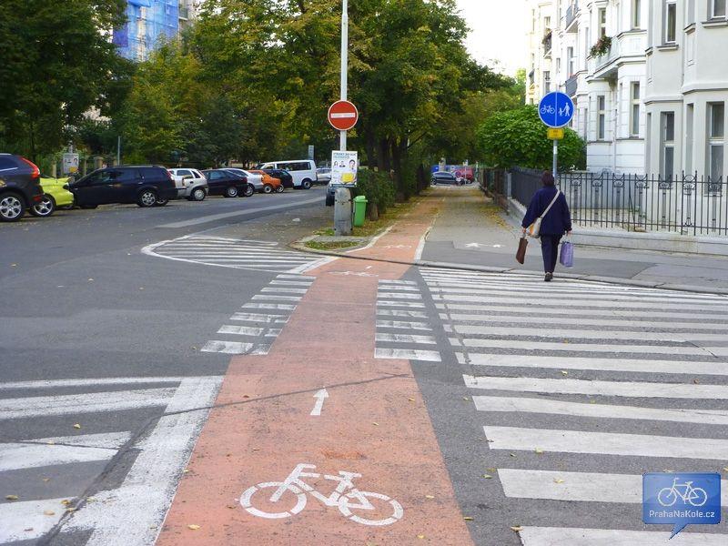Cyklopruh s přejezdem pro cyklisty v Ovenecké ulici