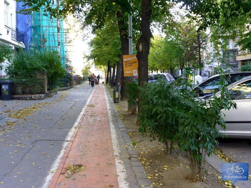 Pruh pro cyklisty na chodníku