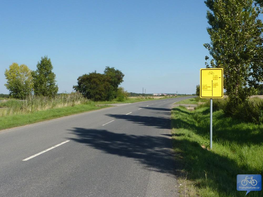 Trasa se kříží s A440, která vlevo odbočuje směrem do Běchovic