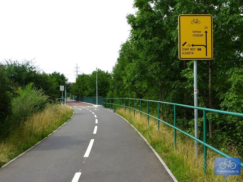 Na mostě přes Poděbradskou trasa A43 končí a plynule na ni navazuje A26 směr Libeň