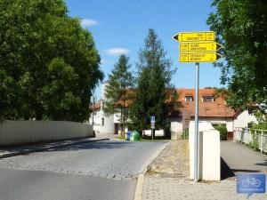 Most přes Rokytku v Dolních Počernicích, A44 jde vlevo.